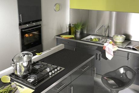 Une cuisine design en acier gris