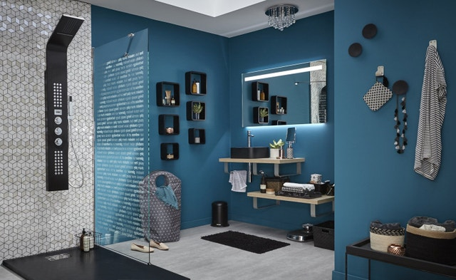 une salle de bains bleue avec une douche l 39 italienne. Black Bedroom Furniture Sets. Home Design Ideas
