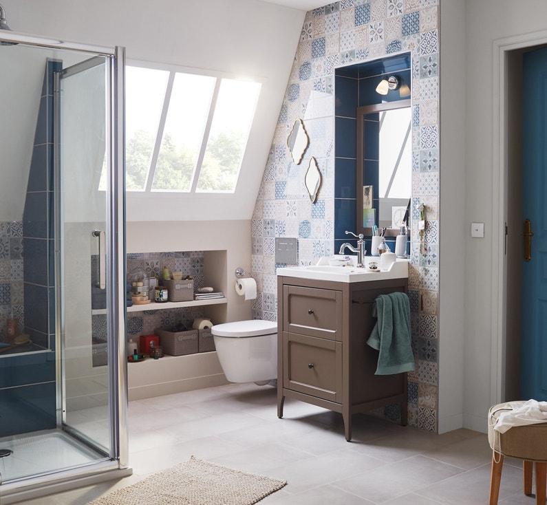 Une salle de bains sous pente o tous les espaces sont revisit s leroy merlin for Ambiance salle de bain leroy merlin