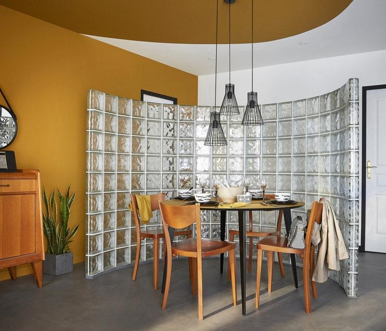 une cloison courbe en briques de verre pour s parer les. Black Bedroom Furniture Sets. Home Design Ideas
