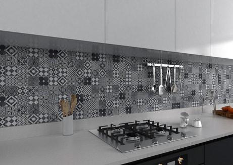 Une mosaïque aux motifs géométriques noirs et blancs