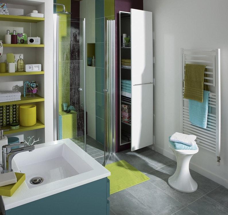 Une salle de bains quip e de son s che serviettes leroy for H s bains sons