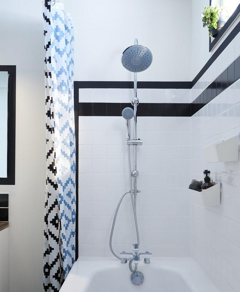 Une baignoire noir et blanche avec sa colonne de douche ...