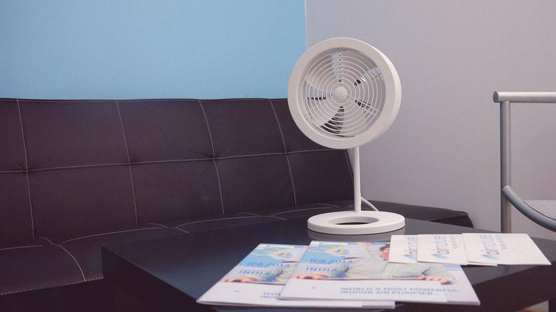 un ventilateur poser blanc au style design contemporain leroy merlin. Black Bedroom Furniture Sets. Home Design Ideas