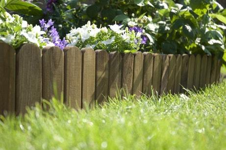 Des petites bordures en bois pour délimiter le jardin