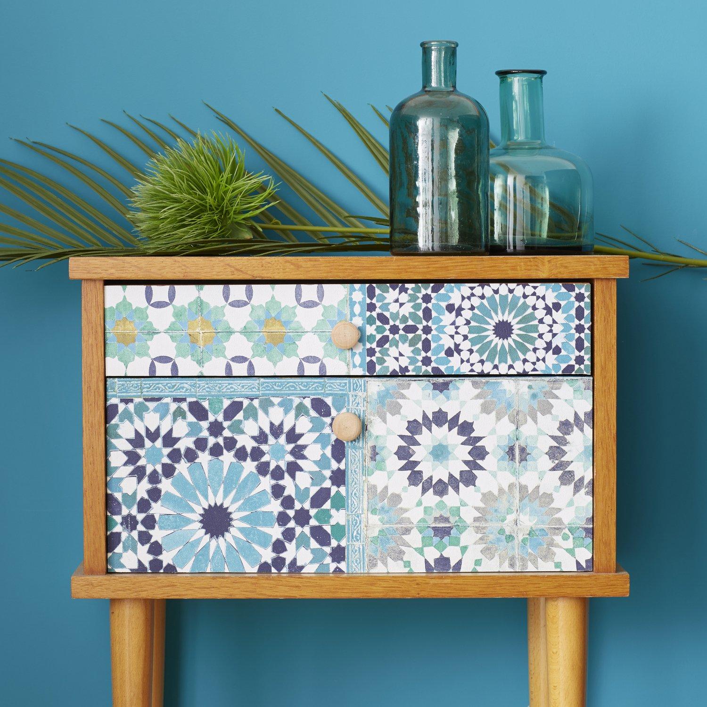 Customiser un meuble avec du papier peint à motifs vintages
