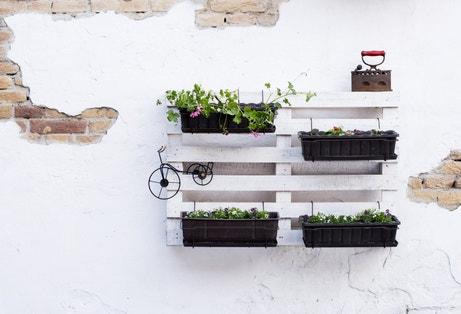 Détourner une palette bois afin de créer de jolies jardinières murales