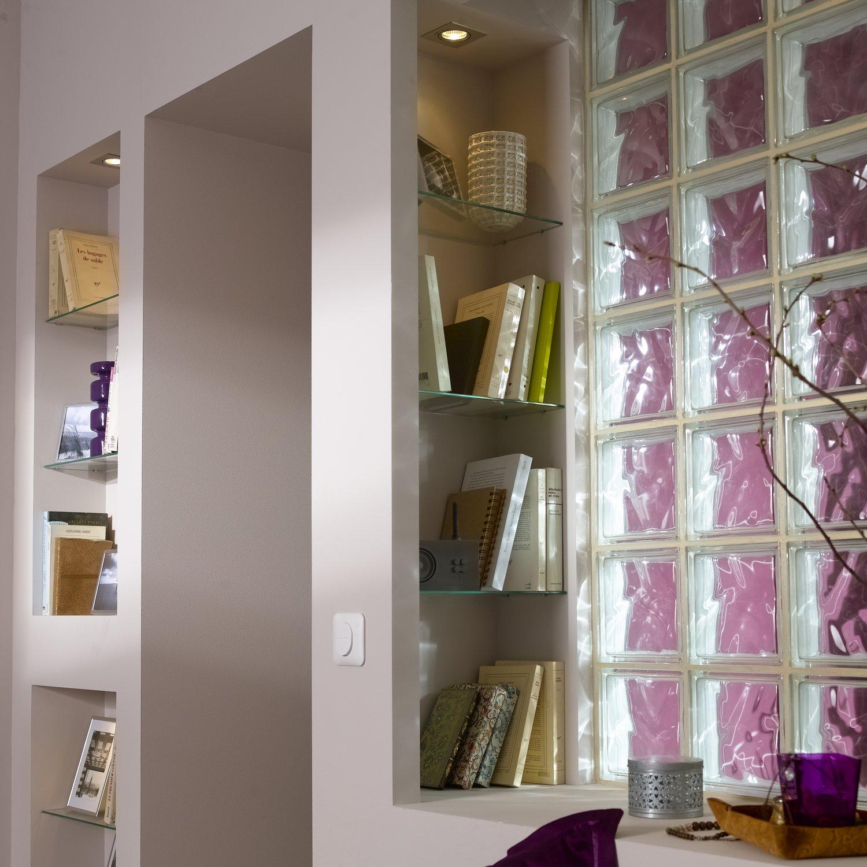 des briques de verre pour une salle de bains lumineuse leroy merlin. Black Bedroom Furniture Sets. Home Design Ideas