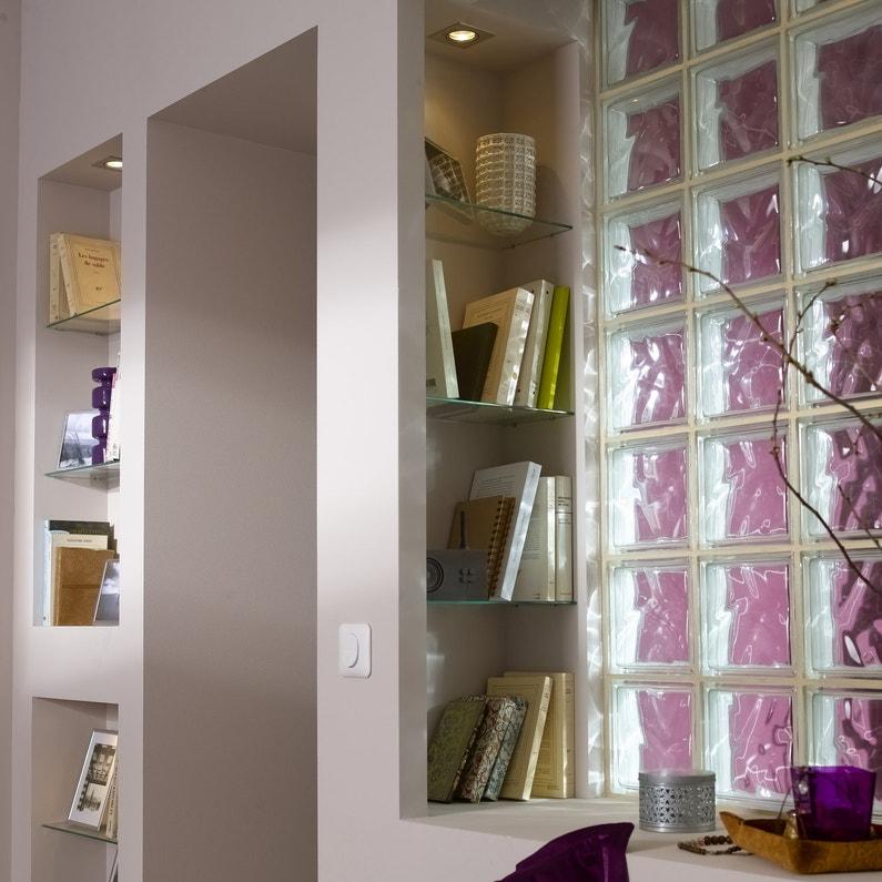 des briques de verre pour une salle de bains lumineuse. Black Bedroom Furniture Sets. Home Design Ideas