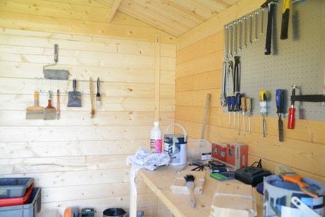 Un abri de jardin utilisé comme atelier