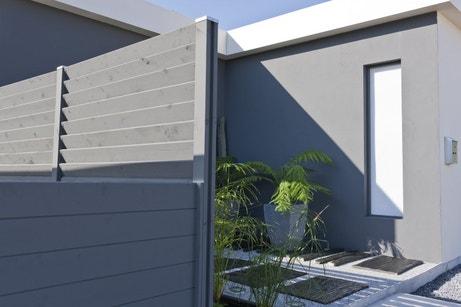 Des lames de clôture grises pour délimiter l'espace