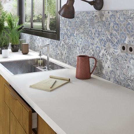 La crédence décor carreaux de ciment apporte une note vintage à cette cuisine aux tons naturels