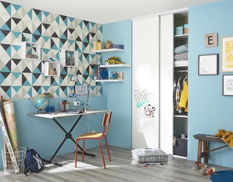 Un bureau coloré et aux formes géométriques