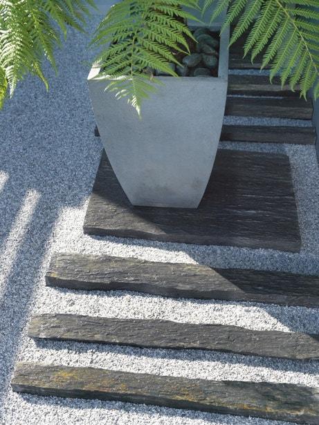 Bordure en ardoise noire pour créer un chemin dans le jardin