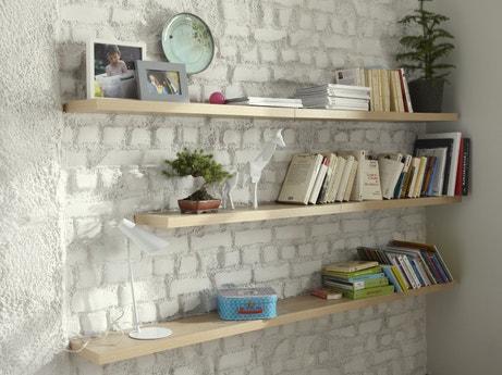 Des étagères en bois naturel pour habiller le mur de briques