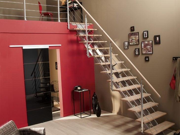 De style minimaliste, cet escalier avec poutre centrale présente l'avantage d'une pose facile et rapide. La partie métallique se décline en 3 coloris. Les marches bois offrent la possibilité de 8 lasures bois et couleurs.