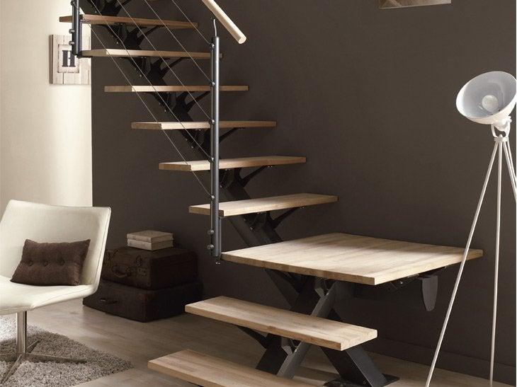 L'escalier quart tournant avec palier peut être la bonne solution pour répondre à une configuration spécifique. Cet escalier Mona se décline en 3 coloris pour la structure métal, 8 finitions pour les marches, la balustrade, les tubes ou les câbles.