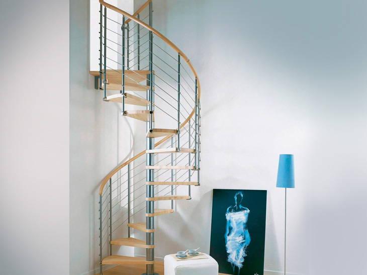 En colimaçon rond, cet escalier est idéal pour gagner de la place. Cet escalier Ring permet une multitude de solutions : marches et rampe en hêtre avec 6 variantes, structure en acier avec 4 variantes. L'escalier Ring s'adapte parfaitement à la hauteur de votre intérieur.
