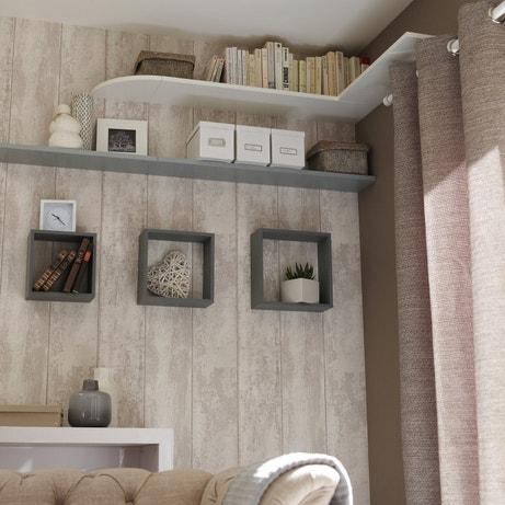Une juxtaposition d'étagères et de petits blocs pour habiller les murs