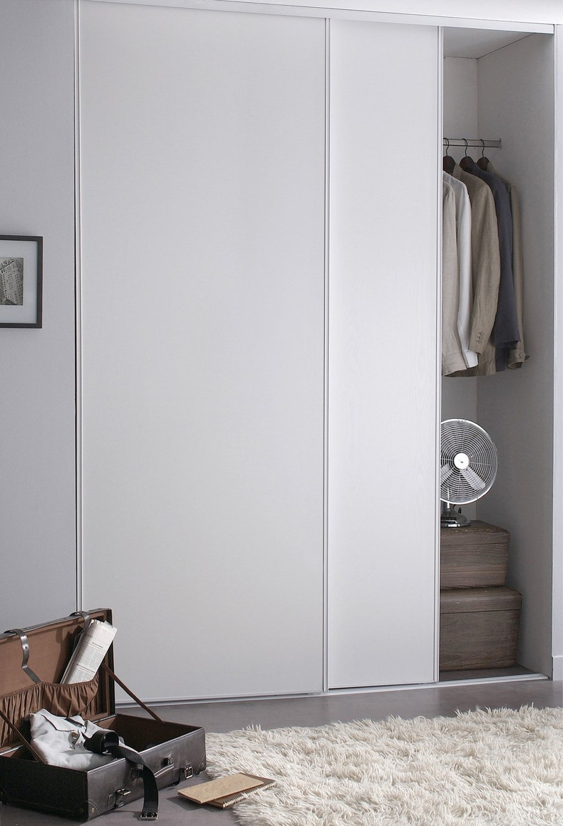 des portes de placard coulissantes et pratiques. Black Bedroom Furniture Sets. Home Design Ideas