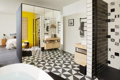 Des placards encastrés pour séparer la salle de bains de la chambre
