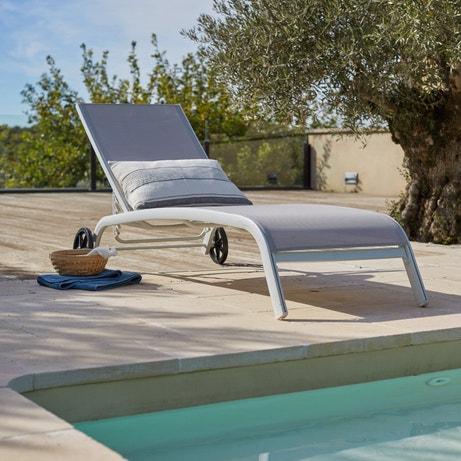 Un transat pour profiter du soleil au bord de la piscine