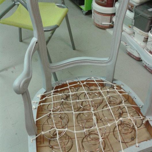 atelier make it retapisser une chaise ou un fauteuil leroy merlin. Black Bedroom Furniture Sets. Home Design Ideas