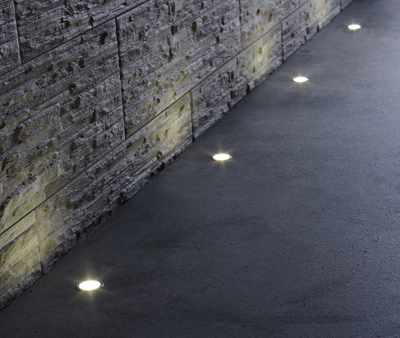 spots encastrer utiles et d coratifs pour baliser les bords de la terrasse leroy merlin. Black Bedroom Furniture Sets. Home Design Ideas
