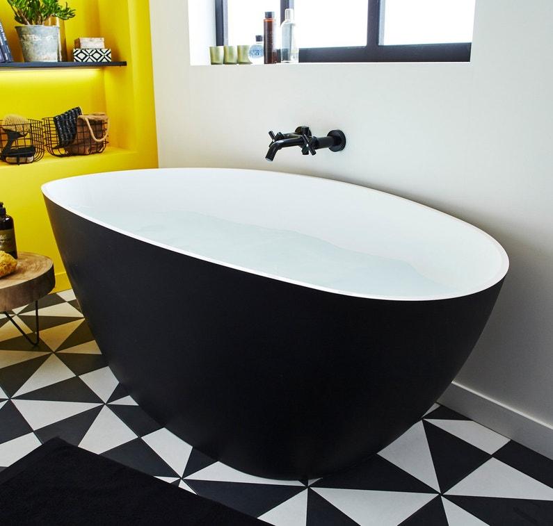 une baignoire noire et blanche dans une salle de bains. Black Bedroom Furniture Sets. Home Design Ideas