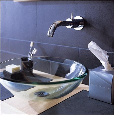 Une vasque à poser transparente avec son robinet encastré