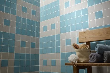 Du carrelage mural bleu et gris motifs jeux vidéos
