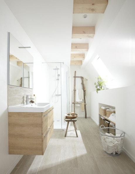 Une salle de bains zen aux tons blancs et bois sous les combles