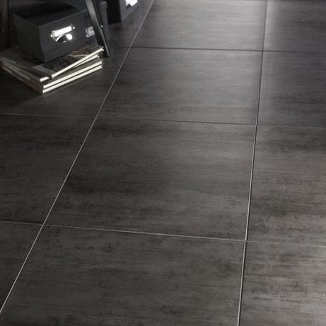 Un sol résolument moderne avec ces carreaux imitation métal