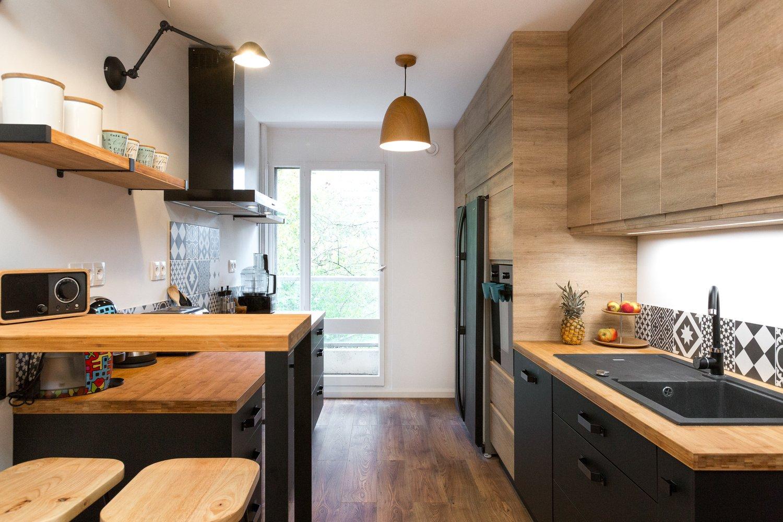 Une cuisine qui mèle le noir et le bois chez Audrey à Jouy-en-Josas ...