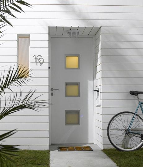Porte d'entrée avec hublots pour laisser passer la lumière