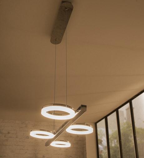 Une suspension avec quatre points de lumière
