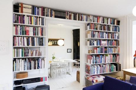 Un espace dédié aux livres dans le salon