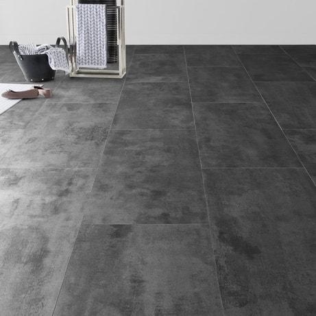 Des dalles de PVC à effet zinc pour donner un style loft à une pièce