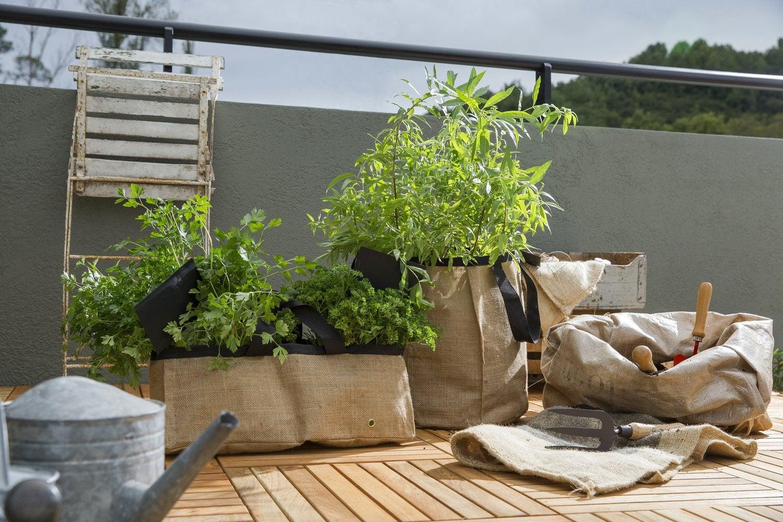 jardiner sur le balcon avec des jardini res en toile de jute leroy merlin. Black Bedroom Furniture Sets. Home Design Ideas