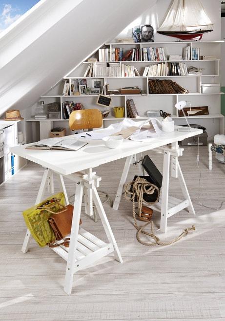 Un bureau avec des tréteaux qui servent aussi de rangement