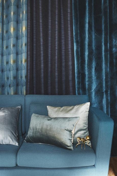 Au salon, des coussins des rideaux et un canapé se marient dans une déclinaison de bleus
