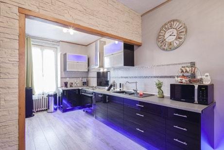 La cuisine spacieuse illuminée de violet de Pascale à Chaumont-en-Vexin