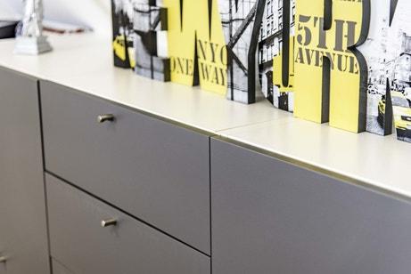 Un tiroir gris très pratique dans la chambre d'Annabelle à Foulbec
