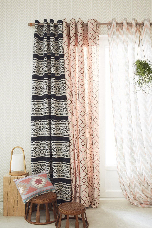 un mix de voilages et de rideaux sur vos fen tres pour une. Black Bedroom Furniture Sets. Home Design Ideas