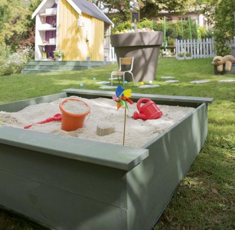 Un bac à sable à peindre pour compléter un jardin aménagé pour enfants
