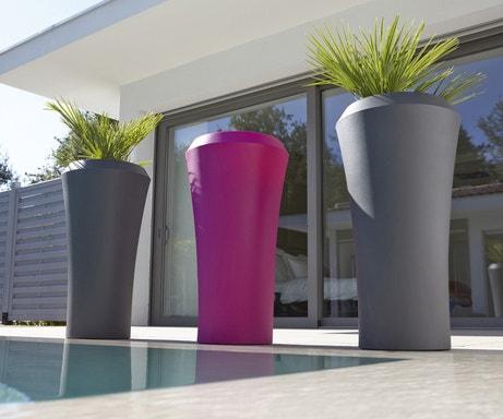 Des pots de fleurs gris et fushia pour la terrasse