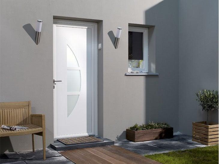 La porte Omaha en aluminium se décline en de multiples coloris. Les espaces vitrés de cette porte laissent agréablement entrer la lumière.