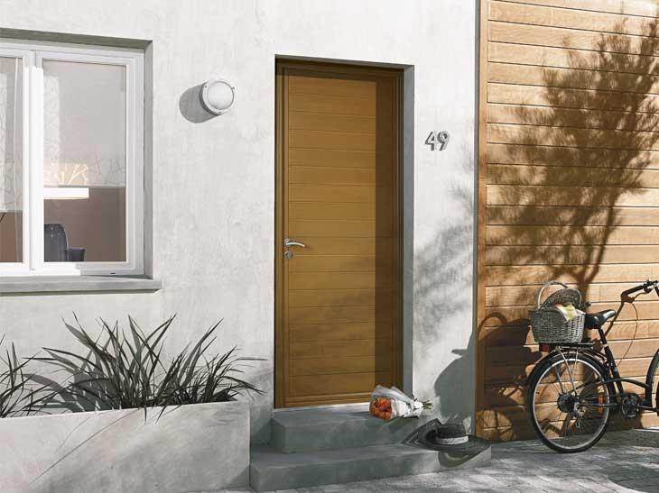 Cette porte d'entrée en bois exotique à peindre ou à lasurer donnera une élégance toute particulière à votre entrée.