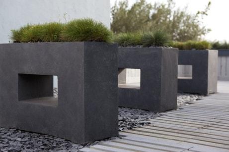 Des jardinières design en fibre de vert gris anthracite
