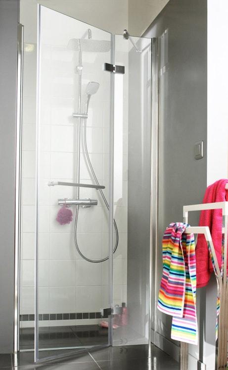 Une porte de douche pivotante